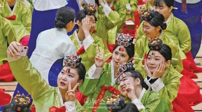 대전둔산고 3학년 학생들의 성년례모습.jpg