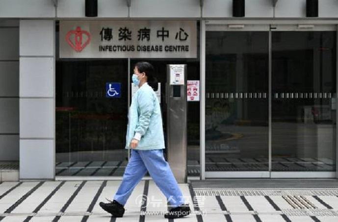 홍콩의료진이 4일 병원앞을 지나는 모습.jpg