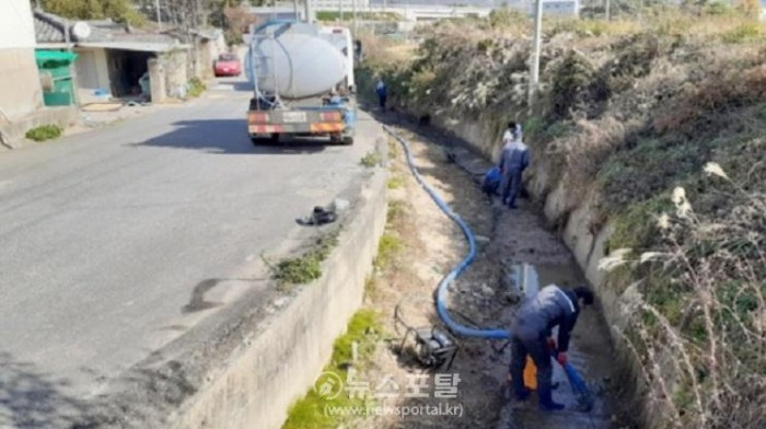 사진은 오염된 수질을 퍼 내는 모습.jpg