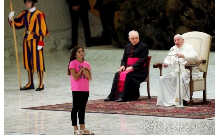 교황 강론 중 단상 오른 소녀 활보…그대로 둡시다