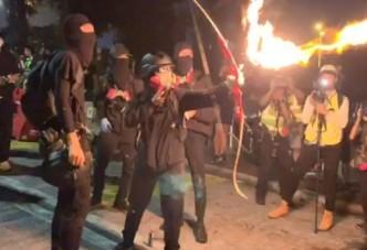 홍콩시위,불화살 등장 도심 건물 화재 전쟁터 방불
